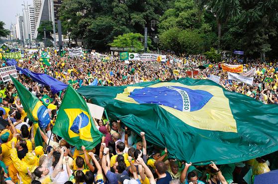 지우마 호세프 대통령의 탄핵을 요구하는 브라질 시위. 사진 AP=연합뉴스