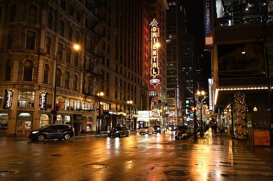 미국 시카고의 한 가구점 점원이 비를 맞고 있는 노파를 가게로 모셨다. 알고보니 그 노파는 미국 전역을 아우르는 유명 가구회사의 회장의 어머니였고, 이 점원은 후일 그 가구회사의 사장이 됐다. [사진 pixabay]