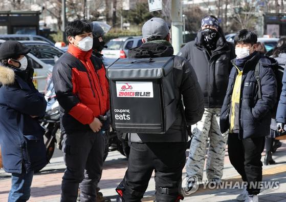 서울 송파구 쿠팡 본사 앞에 모인 배달 기사들의 노동조합인 라이더유니온