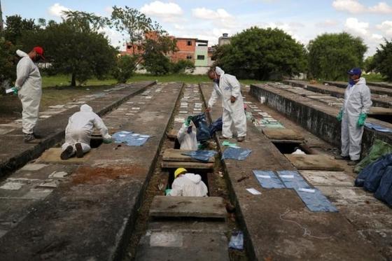 코로나19 사망자가 급증한 브라질에선 사망자를 매장할 공간이 부족해 오래된 공동묘지를 파내는 일도 생기고 있다. [로이터=뉴시스]