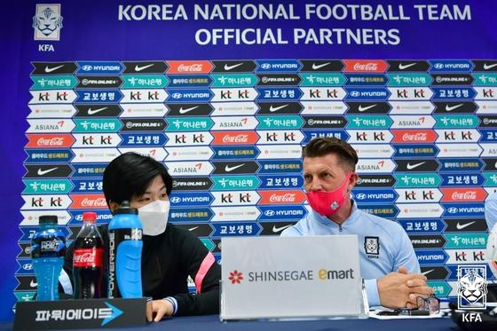 7일 중국전 기자회견에 참석한 지소연(왼쪽)과 콜린 벨 여자축구대표팀 감독. [사진 대한축구협회]
