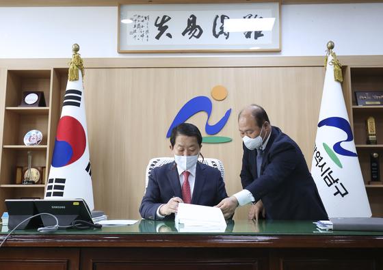 울산 남구청장 재선거에서 당선된 서동욱 청장이 지난 8일 오전 남구청으로 첫 출근해 업무를 보고 있다. 뉴스1