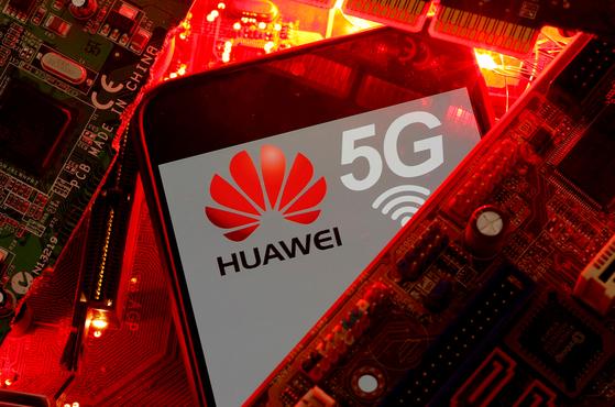 미국의 제재로 결정적 타격을 입은 중국 화웨이의 5G 핸드폰. 제재 이후 화웨이 핸드폰의 세계시장 점유율은 20%에서 8%로 떨어졌다. [로이터=연합뉴스]