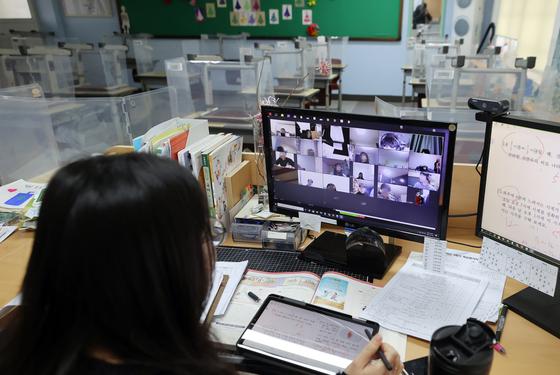 지난 1월 28일 서울 노원구의 한 초등학교에서 교사가 교실에서 원격수업을 하고 있다. 연합뉴스
