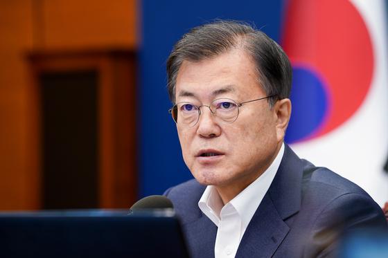 문재인 대통령이 5일 청와대 여민관에서 열린 수석·보좌관 회의를 주재하고 있다. [뉴스1]