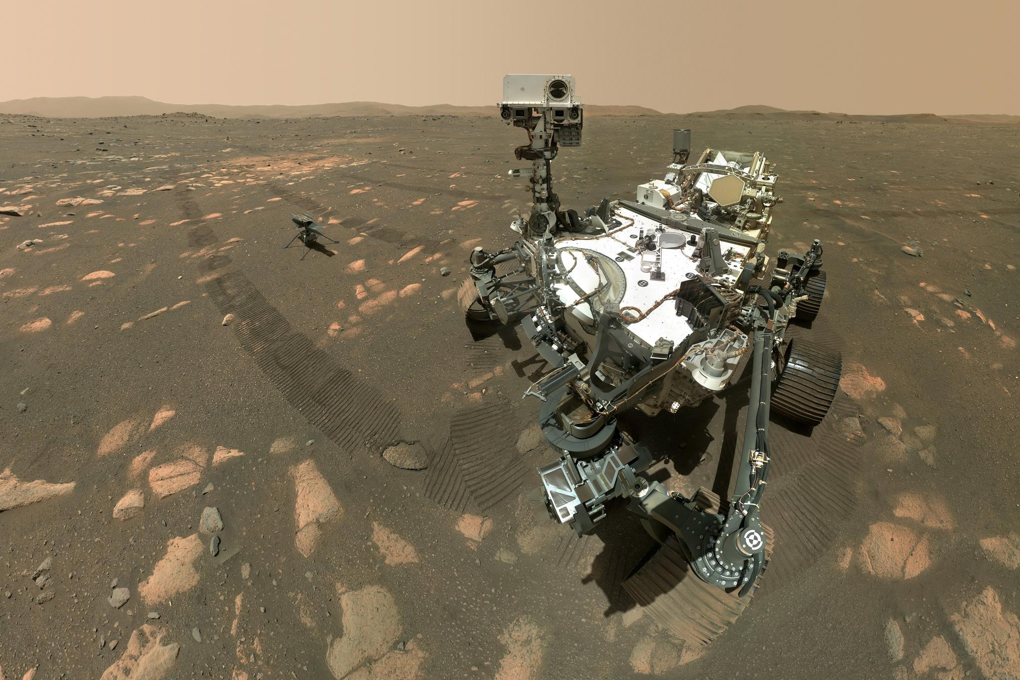 미국 항공우주국(NASA)이 6일(현지시간) 공개한 사진. 화성에 보낸 탐사 로버 퍼서비어런스가 로보트 팔에 부착된 카메라로 셀피를 촬영했다. 왼쪽 뒤에 로버에서 분리돼 착지한 1.8㎏ 무게의 초소형 헬기 '인저뉴어티'가 보인다. UPI=연합뉴스
