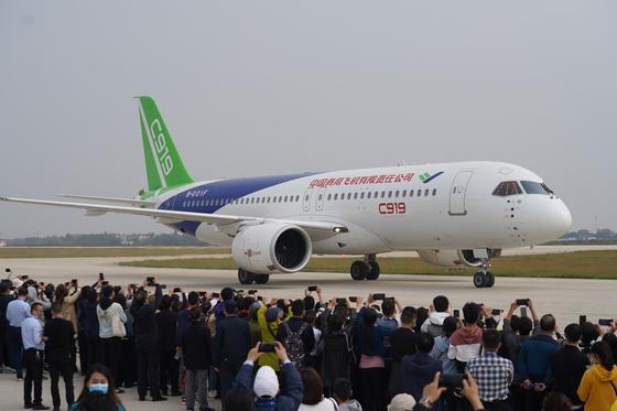 중국이 자체 개발해 2017년 첫 선을 보였던 중형 여객기 C919가 지난해 10월 중국 난창공항 활주로에 서 있다. [신화사=연합뉴스]