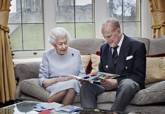 지난 2월 영국 엘리자베스 2세 여왕과 남편인 필립공의 모습 [ AP=연합뉴스]