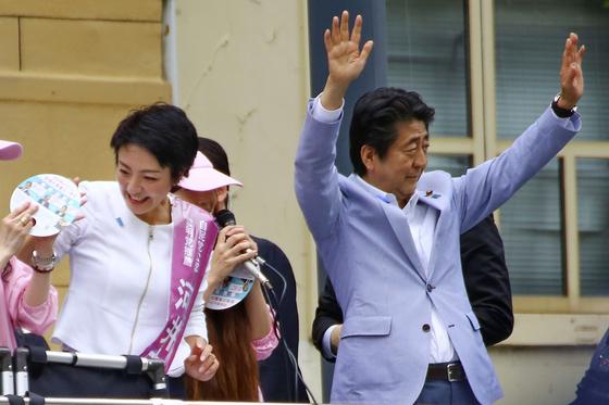 지난 2019년 참의원 선거에서 가와이 안리(왼쪽) 후보를 지원하기 위해 히로시마현을 찾은 아베 신조 당시 총리가 두 팔을 들고 지지를 호소하고 있다. [교도=연합뉴스]