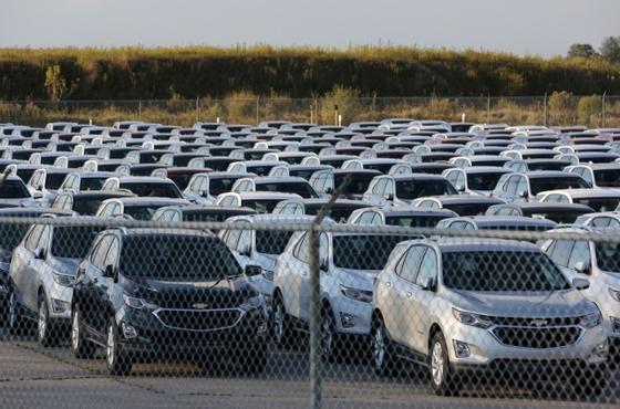 쉐보레 차량이 캐나다 온타리오주 잉거솔에 있는 GM(제너럴모터스) 조립공장 옆에서 선적을 기다리고 있다. 로이터=연합뉴스