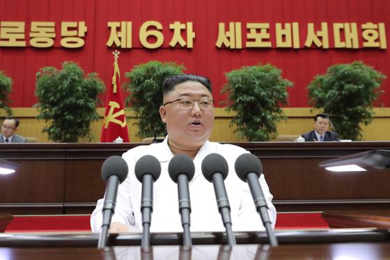 김정은 북한 국무위원장은 지난 8일 당 세포비서대회 폐회사를 통해 '고난의 행군'에 나서겠다고 말했다. 경제난이 극심해진 상황에서 외부 지원에 기대기보단 '허리 조이기'를 바탕으로 자력갱생에 대한 의지를 다진 셈이다. [연합뉴스]