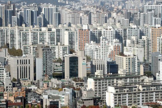 공동주택 공시가격이 올해 역대급으로 치솟자 '깜깜이 산정' 논란이 거세다. 서울 서초구 아파트와 건물들의 모습. 연합뉴스