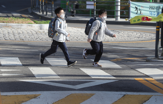 신종 코로나바이러스 감염증(코로나19) 확산에 따라 수도권의 거리두기 단계를 2.5단계로 올리는 방안이 거론되는 가운데 9일 서울의 한 초등학교에서 학생들이 등교를 하고 있다. 뉴스1