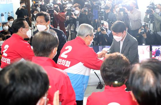 안철수 국민의당 대표(오른쪽 회색 양복)가 8일 서울 여의도 국민의힘 중앙당사에 마련된 상황실에서 김종인 전 국민의힘 비상대책위원장 등 참석자들과 인사를 나누고 있다. 오종택 기자