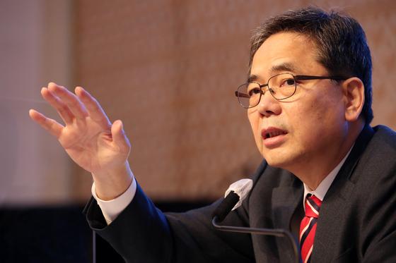곽상도 국민의힘 대구시당위원장이 지난해 11월 6일 오전 대구 호텔수성에서 열린 대구·경북 중견언론인모임 아시아포럼21 정책토론회에 참석해 취재진의 질문에 답하고 있다. 뉴스1