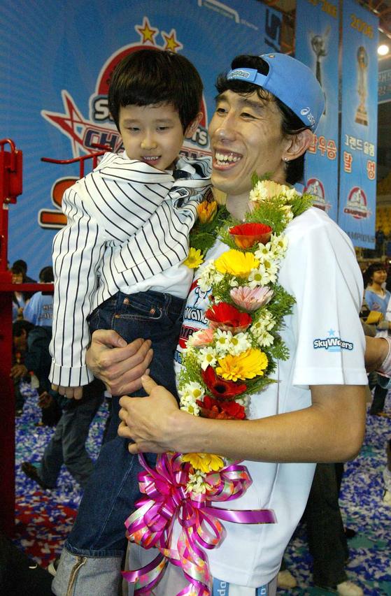 2006~07시즌 우승을 차지한 뒤 아들 원준 군을 들어올린 후인정. 원준 씨는 올해 대학에 입학하는 성년이 됐다. [사진 한국배구연맹]