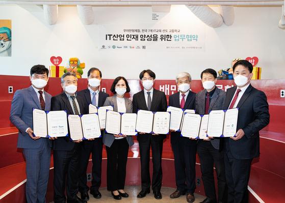 김범준 우아한형제들 대표(왼쪽 다섯번째)가 8일 국내 7개 고교 교장과 'IT산업 인재 양성을 위한 업무협약'을 체결했다. [사진 우아한형제들]