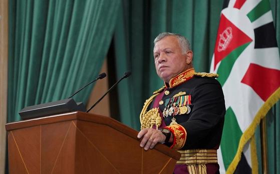 """요르단의 압둘라 2세 국왕이 지난해 12월 10일 제19회 국회 개원식에서 연설하고 있다. 압둘라 국왕은 7일(현지시간) 국영 TV에 나와 이번 사태에 대해 """"내가 형제이자 하심 왕가의 보호자, 국민의 지도자로서 느낀 충격, 고통, 분노는 그 무엇과도 비교할 수 없다""""고 말했다. [AP=뉴시스]"""