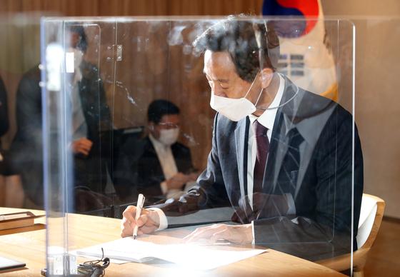 오세훈 서울시장이 8일 오전 서울시청으로 출근해 사무 인계ㆍ인수서에 서명하고 있다. [사진공동취재단]