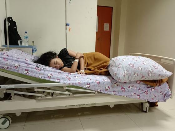 집에서 깊은 잠에 빠진 인도네시아의 17세 소녀 에차. 에차의 아버지 물야디는 잠 자는 딸의 사진을 페이스북에 올리며 도움을 호소하고 있다. [페이스북 캡처]