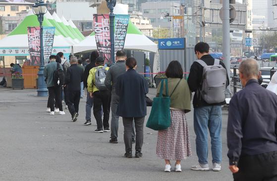 지난 7일 서울역 임시선별진료소에서 코로나19 검사를 받으려는 시민들이 줄을 서서 기다리고 있다. [뉴스1]