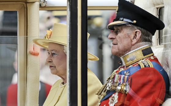 지난 2011년 4월 영국 엘리자베스 2세 여왕과 남편 필립공. [AP=연합뉴스]