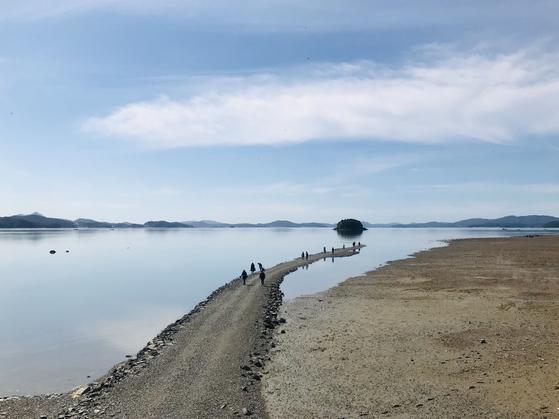 '신비한 바닷길'이 열리는 충남 서산의 웅도. 바다가 갈리는 자연 현상이 신기하지만, 안전 사고 위험도 있는 섬이다. 사진 한국관광공사
