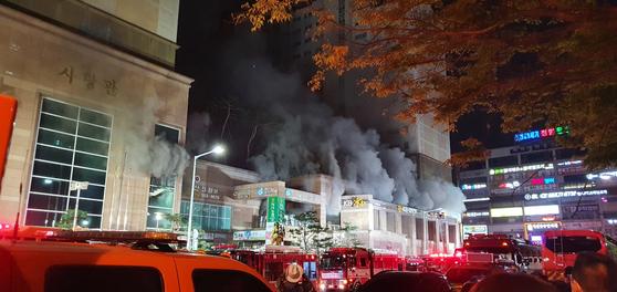 지난 10일 오후 경기 남양주시 다산동의 한 주상복합건물에서 불이 나 소방당국이 대응 2단계를 발령하고 진화 중이다. 연합뉴스