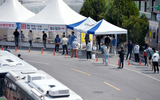11일 오후 대전 한밭체육관 앞에 마련된 코로나19 선별진료소를 찾은 시민들이 검사를 받기위해 줄 서 차례를 기다리고 있다. 김성태 기자