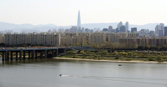 9일 서울 용산구 유엔빌리지 인근에서 바라본 압구정동 현대아파트 일대의 모습. 연합뉴스