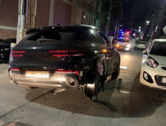 뒷바퀴 타이어 뜯긴채 14㎞ 도주한 음주 차량. 사진 부산경찰청