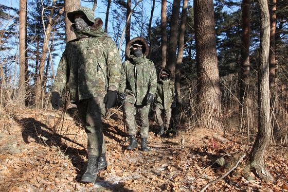 육군 8군단 특공대대 장병들이 지난 1월 양양군 일대 산림지역에서 멧돼지 폐사체를 수색하는 모습. 사진 육군 8군단