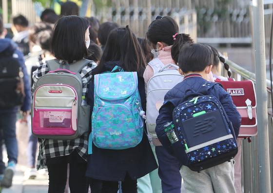 수도권의 거리두기 2단계가 현행 유지된 9일 서울의 한 초등학교에서 학생들이 등교를 하고 있다. 뉴스1