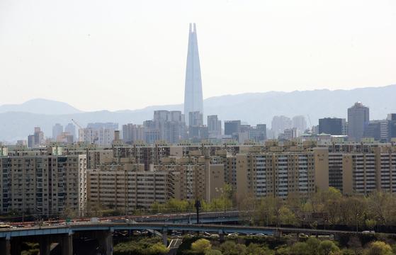 지난 9일 서울 용산구 유엔빌리지 인근에서 바라본 압구정동 현대아파트 일대의 모습. 연합뉴스