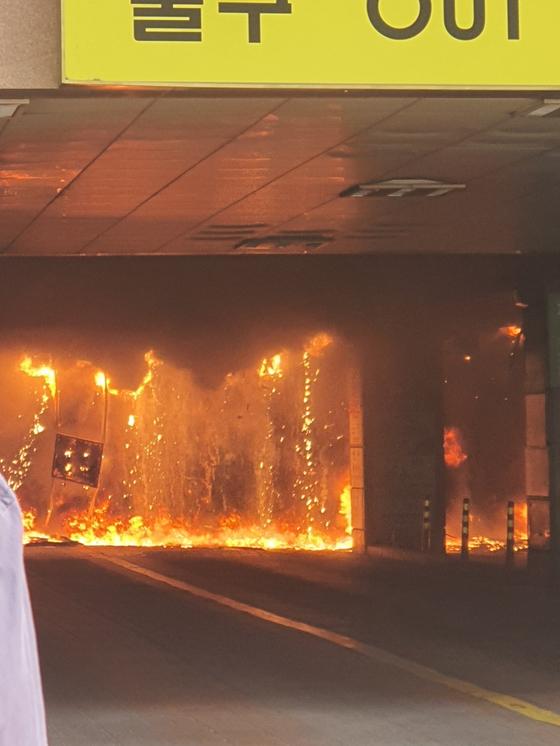 10일 오후 경기 남양주시 다산동 주상복합건물에서 불이 나 내부가 화염에 휩싸여 있다. 독자제공=연합뉴스