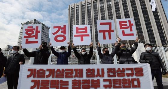 가습기살균제기업배보상추진회 회원들이 3월 2일 서울 광화문 정부서울청사 앞에서 시위를 벌이고 있다. / 사진:연합뉴스