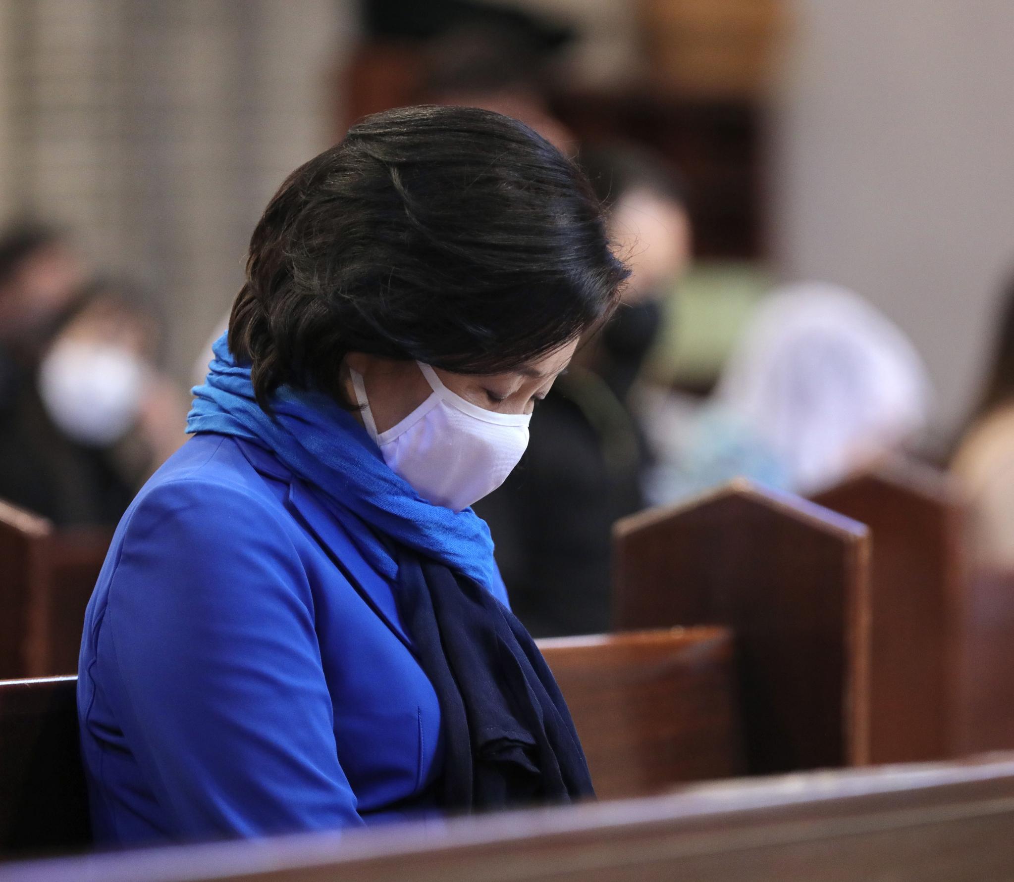 지난 4일 서울 중구 명동성당에서 열린 부활절미사에 참석해 기도를 하고 박영선 전 중소벤처기업부 장관. 사진 박영선 캠프
