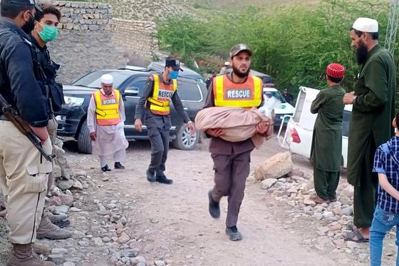 9일(현지시간) 파키스탄 북부도시 페샤와르 인근 산간지역에서 지난 2011년 사라졌던 광부 16명의 유골이 발견됐다. EPA=연합뉴스