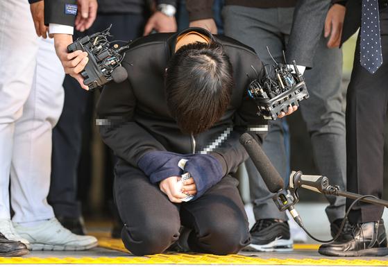 서울 노원구 아파트에서 '세 모녀'를 살해한 혐의를 받는 김태현이 9일 오전 검찰로 송치되기 위해 서울 도봉경찰서에서 나오다 무릎을 꿇고 피해자들에게 사죄하고 있다. 연합뉴스
