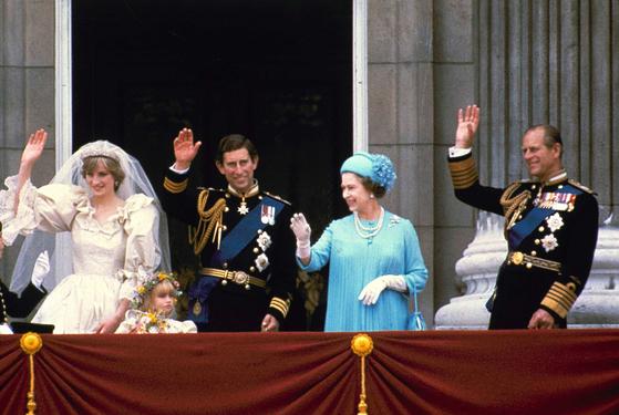 1981년 찰스 왕세자의 결혼식에 참석한 엘리자베스 2세 여왕과 남편 필립공(맨 오른쪽). AP=연합뉴스