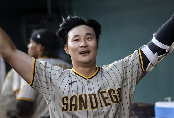 첫 홈런을 친 뒤 더그아웃에서 기뻐하는 샌디에이고 김하성. [AP=연합뉴스]