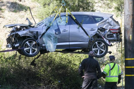 미 캘리포니아주 로스앤젤레스 교외의 랜초팔로스버디스 인근에서 전복된 타이거 우즈 SUV차량을 크레인이 끌어올리고 있다. [AP=연합뉴스]