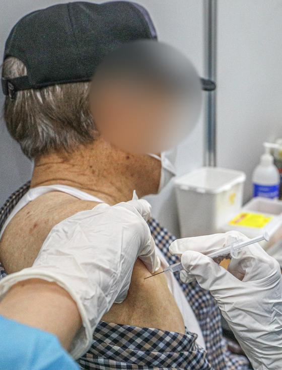 9일 오후 서울 성북구청 코로나19 예방접종센터를 찾은 어르신들이 백신 예방접종을 하는 모습.뉴스1