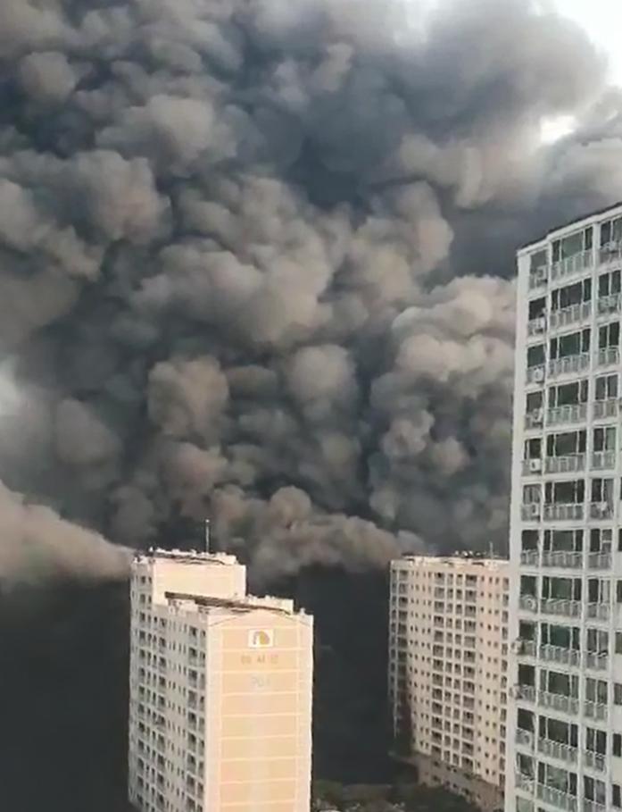 10일 오후 경기 남양주시 다산동 주상복합건물에서 불이 나 일대에 검은 연기가 퍼지고 있다. 독자제공=연합뉴스