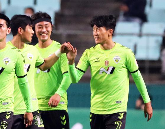 전북이 인천을 5-0으로 꺾고 리그 선두를 굳게 지켰다. [연합뉴스]
