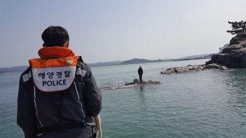 태안해양경찰관이 갯바위 고립자 구조를 위해 접근하는 모습. 연합뉴스