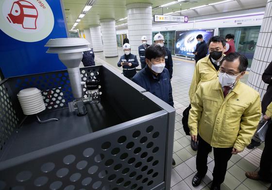 지난달 12일 홍정기 환경부 차관이 서울 영등포구 지하철 영등포구청역을 찾아 관계자로부터 미세먼지 측정 장비 가동 등 미세먼지 대응 상황에 대해 설명을 듣고 있다. 뉴스1