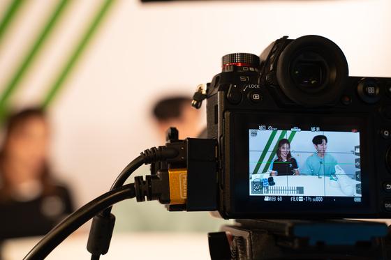 경기도 판교 카카오커머스 본사 6층 라이브커머스튜디오에서 라이브 방송이 진행되는 장면. [사진 카카오커머스]