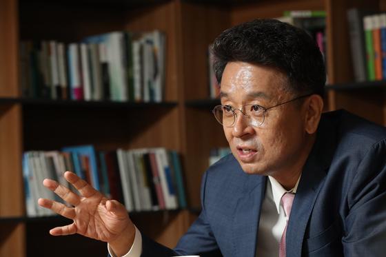 2019년 10월 불출마선언 당시 이철희 더불어민주당 의원이 중앙일보와 인터뷰 하고 있다. 우상조 기자