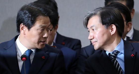 임종석 전 대통령 비서실장(왼쪽)과 조국전 민정수석 . 뉴스1